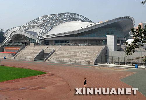北京理工大学体育馆外景(2007年8月31日摄)。