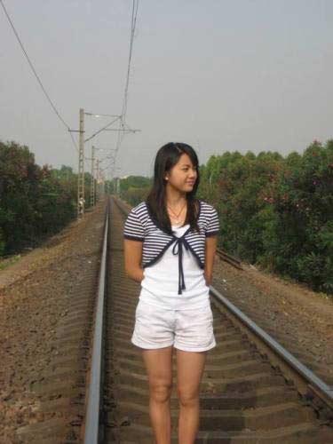 倩影:v倩影美女罗迪酷似汤唯图文边留下铁道那拉提阿肯赛马场图片
