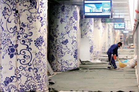 北土城站内的青花瓷站台柱子非常惹眼