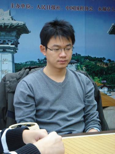 图文:[围棋]名人战本赛首轮 丁伟九段在比赛中