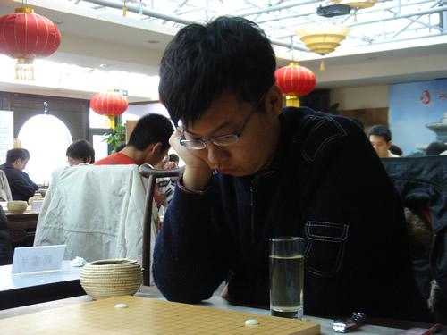 图文:[围棋]名人战本赛首轮 曾经挑战的周睿羊