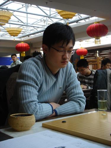 图文:[围棋]名人战本赛首轮 王檄九段比赛中