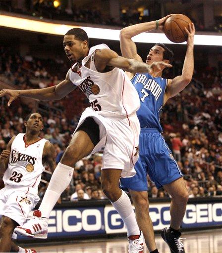 图文:[NBA]76人战胜魔术 罗迪克突破上篮