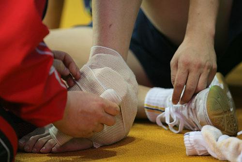 脚扭伤纱布包扎图女孩扭伤脚包扎脚受伤包扎