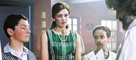 玛利亚·娜芙普利都(左二)参与的电影《查里顿的合唱团》的剧照