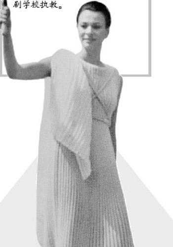 2004年,阿特密斯作为祭司参加雅典奥运会圣火采集仪式