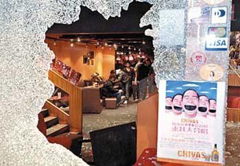 天文台道酒吧被刑毁,大门玻璃遭击碎。 文汇报图