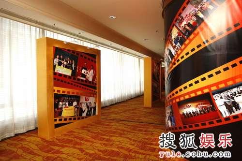 组图:大厅两侧立柱展示搜狐十年来的辉煌历程