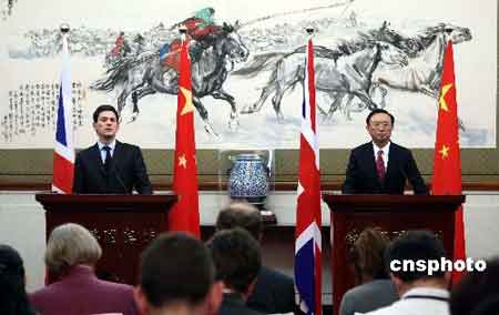 2月28日,中国外交部部长杨洁篪在北京钓鱼台国宾馆与来访的英国外交大臣米利班德举行会谈,并共同会见记者。 中新社发盛佳鹏摄