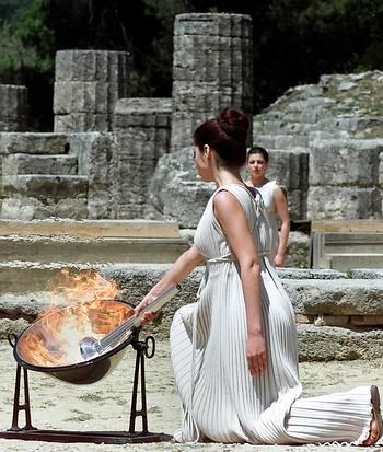 组图:希腊女祭司采集圣火全过程