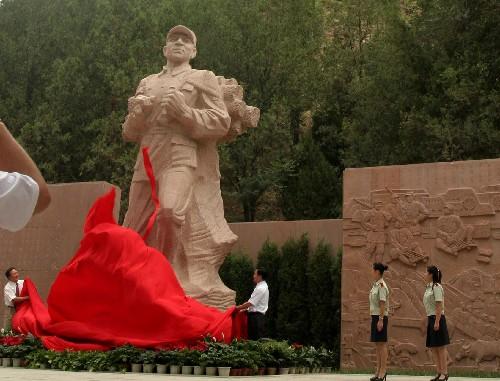 广场正面的张思德花岗岩雕像,高6米,重60吨