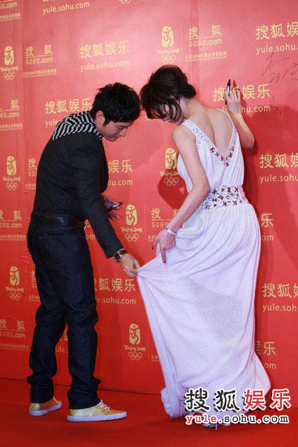 黄晓明为高圆圆提裙子
