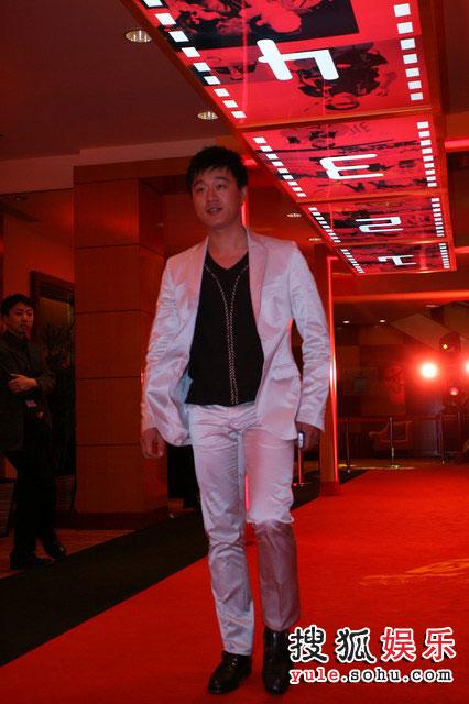 图:搜狐十年庆典红毯 白衣王子佟大为