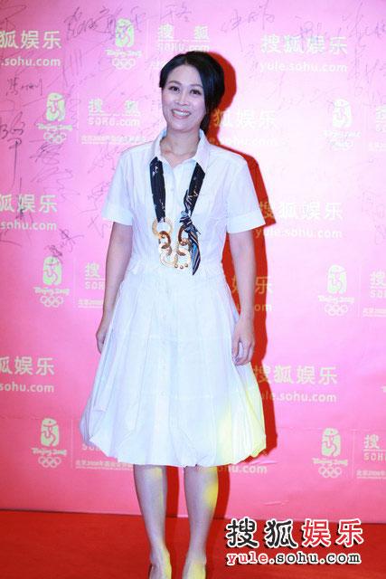 图:搜狐十年庆典红毯 那英白裙飘逸