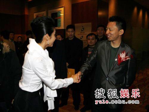 图:搜狐十年庆典现场 张朝阳与李冰冰握手