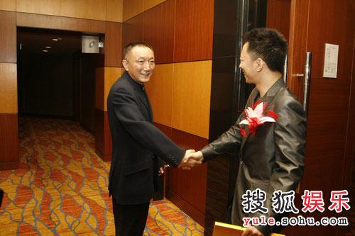 图:搜狐十年庆典现场 张朝阳与韩三平握手