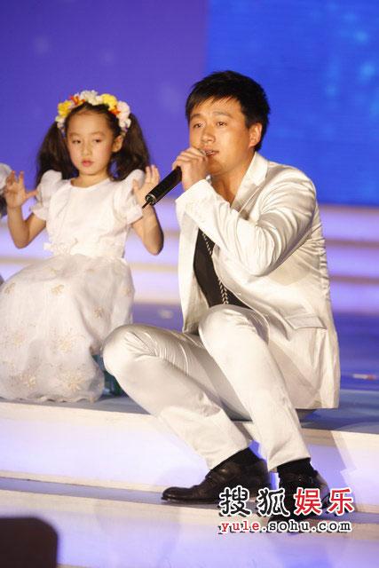图:搜狐十年庆典现场 佟大为表演卖力