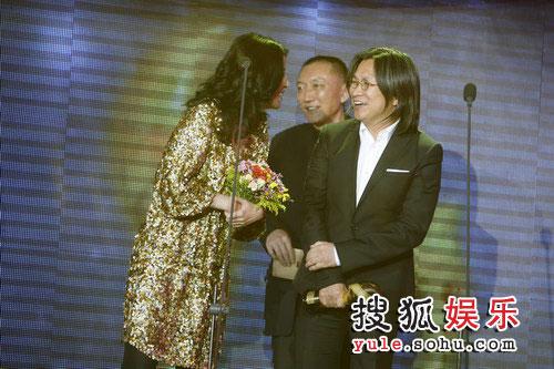图:搜狐十年庆典现场 陈可辛吴君如台上逗趣