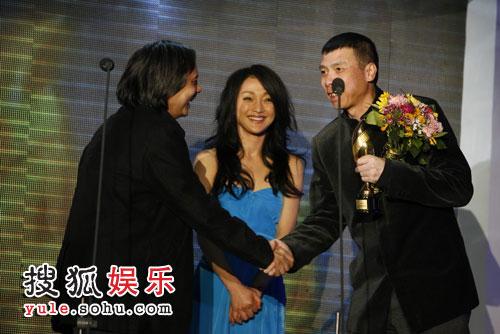 冯小刚与陈嘉上握手