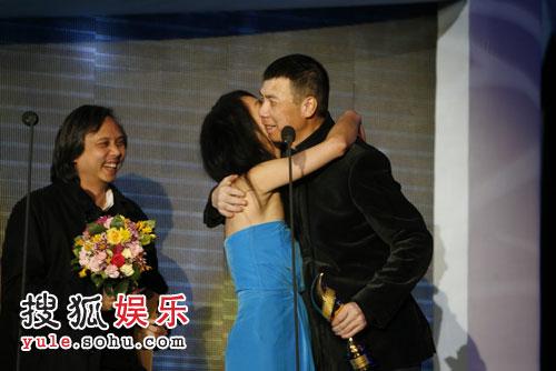 图:搜狐十年庆典现场 周迅拥抱冯小刚