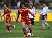 图文:[女足]中国VS德国 韩端前场分球