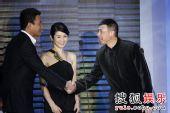 图:搜狐十年庆典现场 胡军与冯小刚握手