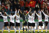 图文:[女足]中国0-2德国 向主场球迷致敬