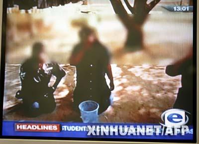 这是2月27日摄自南非新闻电视台(ETV)的南非白人学生侮辱黑人的视频截图。