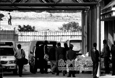 27日下午,深圳沙湾殡仪馆,多具死者尸体被送到这里做法医鉴定。死者尸体均用黄色的布遮盖。本报记者陈以怀摄