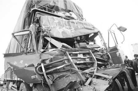 大货车追尾车头被挤扁 绳子拉车前脸救司机(图)