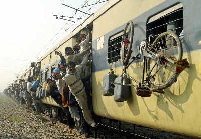 """拥挤脏乱的印度火车""""盛况""""。新华/路透图"""