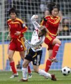 图文:[女足]中国0-2德国 张娜温与伯斯基拼抢