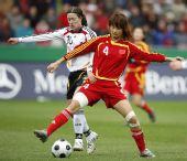 图文:[女足]中国0-2德国 王坤与林格尔拼抢