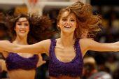 湖人啦啦队组图:少女长发盈盈舞动 展无限活力