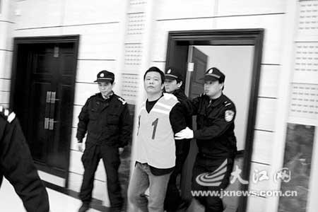钟青文被押上法庭