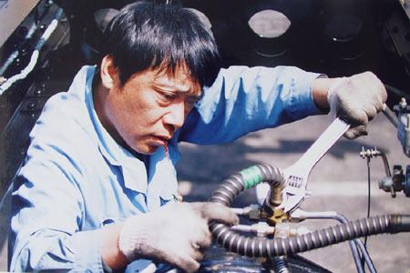 劳模王涛在调整汽车刹车系统