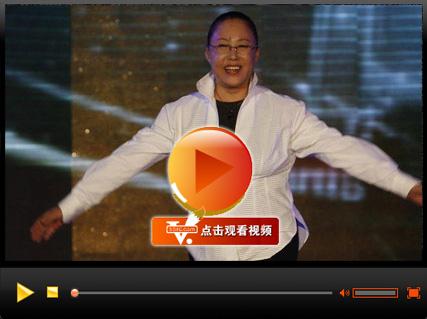 视频:斯琴高娃意外现身接受荣誉 带领全场鼓掌