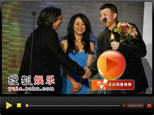 """视频:冯小刚导演带领""""兄弟连""""上台接受荣誉"""