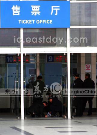 2008年3月1日中午12时15分许,福州火车站售票厅发生一起烟花爆竹燃爆事件,4人受伤。
