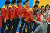 图文:世乒赛中国队成功卫冕 与颁奖嘉宾握手