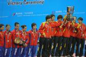 图文:世乒赛中国队成功卫冕 高举起冠军奖杯