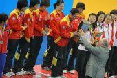 图文:世乒赛中国队成功卫冕 施之皓接过奖杯
