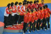 图文:世乒赛中国队成功卫冕 与香港日本握手