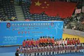 图文:世乒赛中国队成功卫冕 为选手集体献花