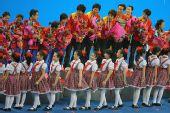 图文:世乒赛中国队成功卫冕 可爱的献花女孩