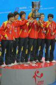 图文:世乒赛中国队成功卫冕 姑娘们举杯留念