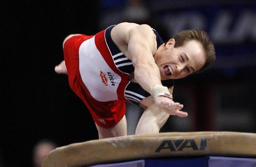 图文:体操美国杯男子全能比赛 哈姆跃上跳马