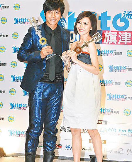 罗志祥(左)与孙燕姿获由歌迷票选的最受欢迎男女歌手奖