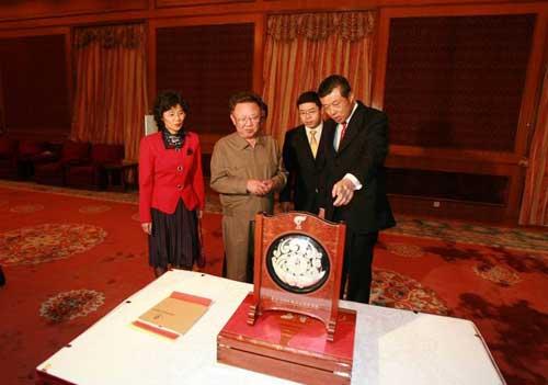 刘大使向金正日总书记赠送北京奥运纪念银盘(图片来源:外交部网站)