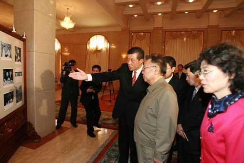 刘大使陪同金正日总书记观看纪念周恩来总理诞辰110周年图片展(图片来源:外交部网站)